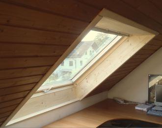 Dachfenster mit Innenverkleidung aus Holz